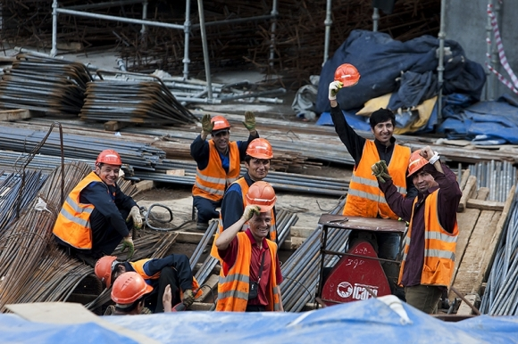 Минстрой всерьез намерен отчипировать все каски всех строителей России